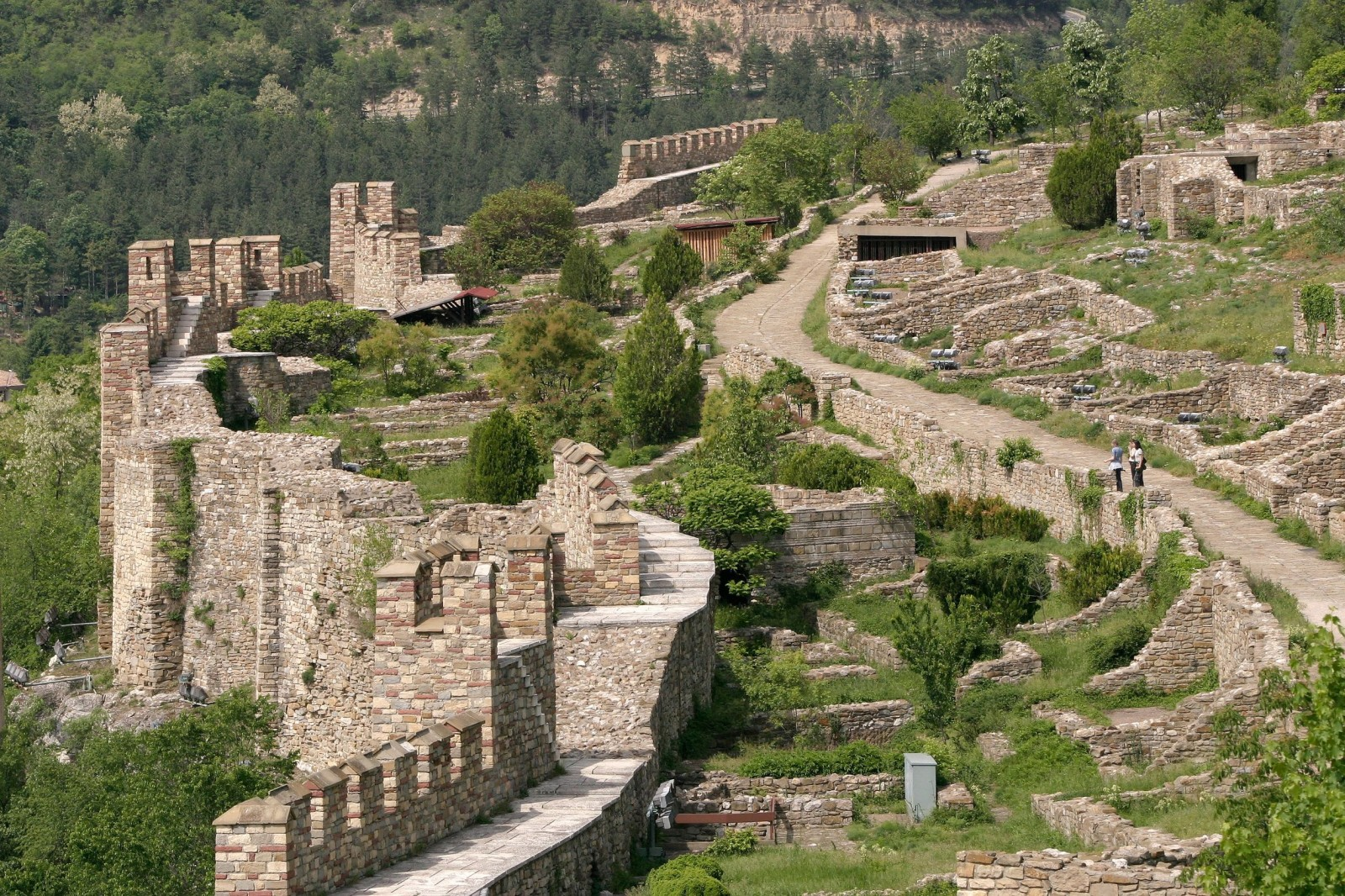 the-fortress-at-tsarevets-hills-near-veliko-tarnovo-bulgaria-1600x1066